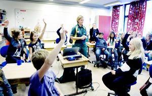 """Propagerar för cykelhjälm. """"Hur många har någon gång cyklat omkull?"""", frågar Lisbet Severin, sjuksköterska i ambulansen. Nästan alla elever i Kronan klass 5C räcker upp handen."""