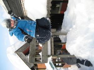Tjoho vad kul att hoppa i snön, tycker Mattias Bortmyr