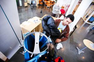Studenten på socionomlinjen, Angelo Tapia, hjälper till att samla in kläder till hemlösa  i Östersund. Angelo Tapia har själv skänkt kläder till insamlingen.