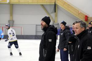 Patrik Twine coachade ÖSK från bänken – tränarkollegan Pär Eriksson följde matchen från läktarplats för att få överblick.