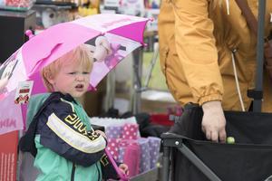 Elias Kindmalm fastnade för ett paraply trots att solen sken.