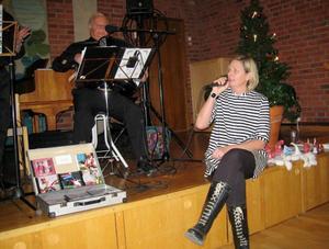 2013 års kulturkvinna Fia Gulliksson fick motta 2013 års kulturpris för sitt varma engagemang för Vår Lilla Stad med sin kreativa och positiva syn på spridandet av den jämtländska matkulturen. Här ser vi henne sjunga julsånger tillsammans med orkestern.