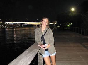 Kvällspromenad. Malin Sjöberg på kvällspromenad längs Brisbane River.