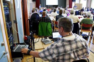 Radio Krokoms Peter Starkman direktsände budgetdebatten, här med Linus Kimselius (M) i den vänstra talarstolen och Jörgen Blom (V) i den högra.