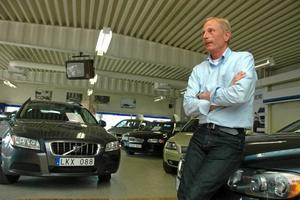 LJUSNING. Bilhandlarna har drabbats hårt av lågkonjunkturen. Men nu ser Anders Adamsson på Upplands Motor i Tierp en ljusning. Framför allt är efterfrågan på begagnat stor.