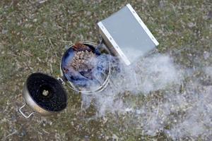 Rökpusten används för att lugna ner bina när odlaren ska in i kupan.