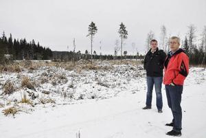 Andréas Axelsson och Örjan Österud, från Jämtlandsgas, på plats där den planerade biogasanläggningen ska ligga, mittemot Fyrås Trä & impregnering i Fyrås.