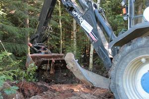 Med hjälp av en traktor med grävskopa kunde mesta delen av avfallet tas bort.