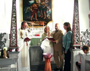 Den 25 juli döptes Henrik Westerlind i Skeppshamns kapell av Irgentz Rudenmo. Henrik är son till Helene Westerlind och Rainer Wimmer. Familjen är bosatt i Sundsvall. Marie Lindh är Henriks gudmor. Solosång framfördes av kantor Erik Berglund. Foto: privat