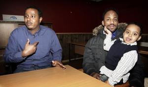 Hasan Mohamud och Sahal Mohamad Musa, med sonen Hamza, berättar att Ileys föreningslokal blivit en viktig träffpunkt för många somalier i Ludvika. Får de önska något så är det lite sponsring så de kan köpa in ett biljardbord och andra spel.
