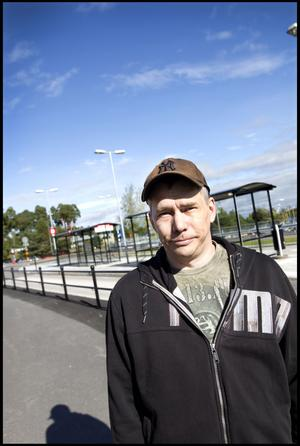 Magnus Grahn, 42 år, fastighetsskötare från Gävle har åkt buss till sjukhuset:– Det är bättre än att gå. Jag bor på Brynäs. Det är krångligt med bil och svårt att få parkering men billigare.