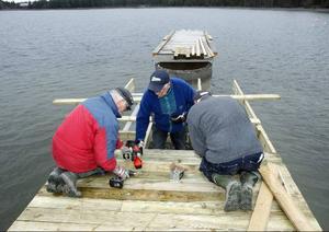 Günhter Matthias, Aspbjörn Norling och Jan Andersson jobbar för fullt med att få klart gästhamnen vid Åstorpet till midsommar.Foto: Jan Andersson