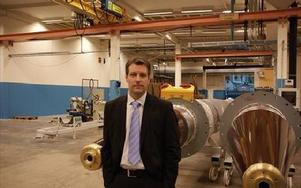 Vd Niklas Persson vid en 15 meter lång oljeisolerad genomföring för 1,,000 kilovolt växelspänning.Genomföringarna tillverkas även till kunder och konkurrenter som Siemens.FOTO: ANDERS BJÖRKLUND