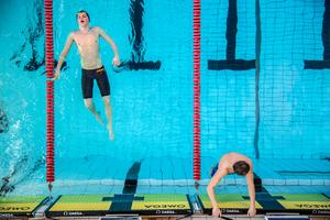 Trötta simmare efter ett av heaten under Sum-Sim i Falun.