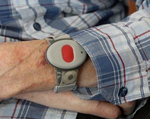 Trygghetslarmet sitter som ett armband runt handleden.