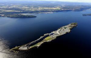 Slutstation. Den aska som blir kvar efter att importerat avfall eldats i Mälarenergis nya panna skickas till en anläggning på Langøya i Oslofjorden.                                  Foto: Noah AS