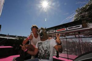 Sommarens Pinkparty på Kallbadhuset i Visby. Erik Hagström svettas bakom dj-båset när hans kompis Alle dyker upp med ett hästhuvud på skallen.Foto: Privat