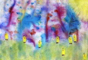 """Tvåa i åldersklassen 11-15 år: Elinore Selin, 11 år, Dvärsätt.         JURYNS MOTIVERING:  """"Elinore har jobbat med olika tekniker. Vi gillar det försiktiga i bilden och de varma färgerna bjuder in oss till Elinores värld, där åtta kycklingar vaktar porten. Hemlighetsfull!"""""""