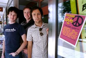 1999. Peace & Love har premiär. Jesper Heed, Michael Kvist och Henry Murtokangas ligger bakom satsningen.