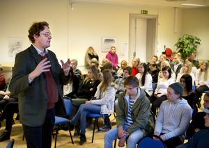 Pierre Schellkens, EU:s högste tjänsteman i Sverige, mötte elever på Härnösands gymnasium. 25 maj hoppas han att alla över 18 ska rösta.