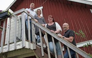 Enhetscheferna Conny Uppling och Bosse Duvemo tillsammans med Sofie Tellander och Malin Fredstadius som ansvarar för den dagliga verksamheten på nya lantgården i Österstrinne.