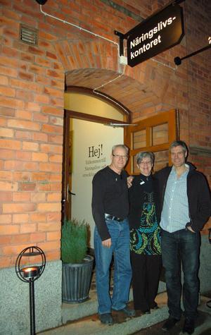 Olof Herko, Liselott Hansson Malmsten och Ola Granholm bjuder in till de nya lokalerna i kommunhuset.
