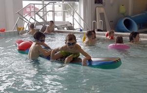 10:46 I simhallen var det ganska mycket folk som plaskade och lekte i vattnet. Personal som arbetade under dagen kunde intyga att det märks att barnen har lov då det kommer många besökare. Den uppblåsbara jättebläckfisken ligger i den stora bassängen under hela veckan och den är populär bland badgästerna. Gustav Tomtlund, 8 år, och Ludvig Lindkvist, 6 år båda från Tallåsen, tycker att det är kul att bada när de är lediga från skolan.