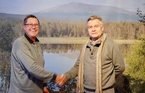 Säljaren Christian Wass lämnar över Hede camping till Hede företagsgrupp där Lars Bygdén är ordförande.