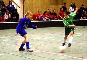 Järpens brudar, i blått, formligen översvämmade finalspelet med två lag i final. Här mot Bergs IK (grönt) i flickor 13-finalen.