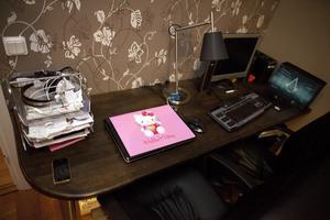 Skrivbordet är specialgjort och anpassad efter väggen. Här kan Tobias och Hannah sitta sida vid sida med sina datorer.