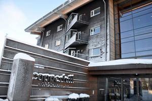 I dag är Copperhill Mountain Lodge ett välmående hotell som kan ståta med rekordresultat för den annars så lugna månaden januari. Det har blivit känt som Zlatans tillflyktsort när han är i Åre. Men gamla problem spökar fortfarande från den turbulenta byggtiden. Nu måste alla badrum byggas om på grund av konstruktionsfel.
