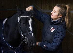 Hemmahoppet Moa Lundgren njöt av att få göra SM-debut på sin hemmaplan. Här förbereder hon sin häst VIP Little Santes inför den första SM-omgången.
