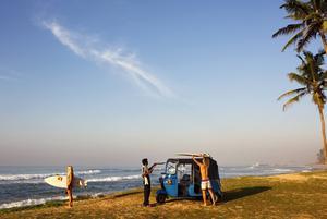 Tuktuk är ett fantastiskt transportmedel för surfare. Det är bara att lägga brädan på taket och sticka iväg.
