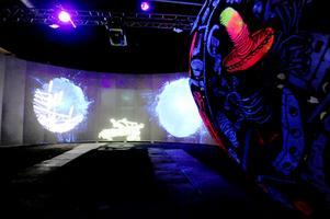 Mikael Ericssons installation Myrnebulosan. En magisk värld med uv-skulpturer som springer över golven och väggarna i en nio minuter lång berättelse.