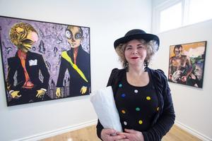 Eva Zettervall på vernissagen under den senaste utställningen på Galleri Astley i Uttersberg, våren 2017. Foto: Björn Nylund.