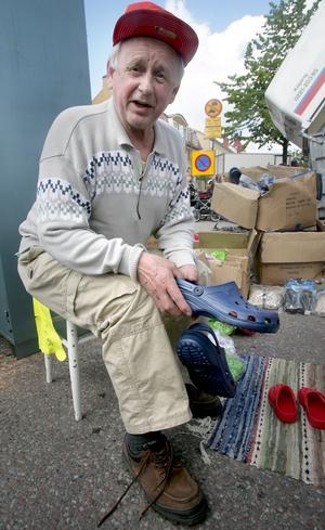 Köpte plastskor. – Det är frugan som betalar, konstaterade Grängesbon Kent Sjögren som köpte sig ett par träskor av plast på årets Ludvika marknad.