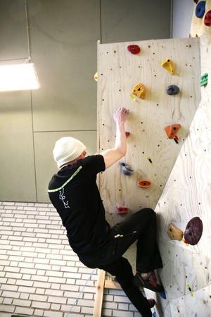 Hans Strömbäck tar sig an ett problem på boulderväggen. Förutom inomhusverksamheten hoppas klubben kunna ha ett ungdomsklätterläger till sommaren.