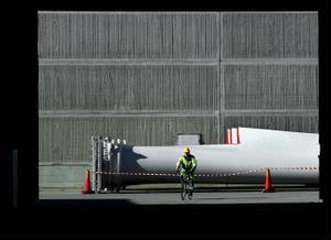 Propellervinge, än så länge i bakgrunden men snart avtecknas den mot fjällhimlen.