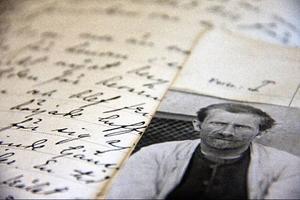 Anders Robert Nilsson, från Stugun, blev intagen på Frösö sjukhus när han var 30 år och skulle inte komma ut förrän drygt 30 år senare. Sin fritid tillbringade han med att skriva brev till olika myndigheter för att betyga sin oskuld. Vad han inte visste var att varje, bokstav, varje ord, varje brev han skrev skulle komma att läggas honom till last. Först när han slutade skriva brev togs hans fall på nytt upp till prövning och han blev frisläppt. Välrenommerade Stugubor intygade sedan att han skötte sig i samhället utan att sticka ut från normen.