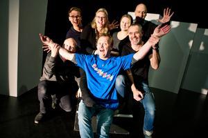 Glatt gäng. Revygänget 2016, Gustav Gälsing, Åsa Dellham, Lotta Köhlin och Lasse Karlsson bakom, Torbjörn Westerberg, Owe Lidemalm och Hans Qviström framför.