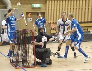 Jakob Jonsson har precis gjort en av sina sex målgivande passningar i 12–3-segern mot Jemtland. Den här gången till Nicklas Forslöf.