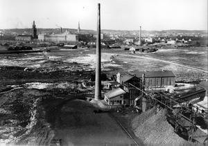 Utsikt över gasverket mot staden. Västerås stads nya gasverk byggdes 1927. Bilden är tagen i slutet av 1920-talet från Ångkraftverkets tak. Aseas Mimerverkstad i bakgrunden till vänster, gjuterie längretill höger, längst till höger ligger huset för köttbesiktning och Kreatursmarknaden.