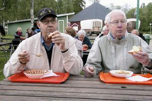 Per Hansson och Lasse Olofsson lät sig väl smaka av kålsoppan med smörgås. Kanon och jättegott, tyckte de om maten.
