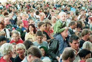 Storsjöyran 1999. Elektric banana band på stora scen, publiken samlad.