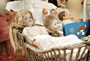 Anne-Marie Niemi är dockdoktor och docksamlare som lagar antika dockor.