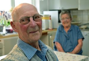 Olle Permats stora och livslånga intressen är älgjakt och vedhuggning. Hans fru Gun-Britt, 86 år, har ägnat sig åt politik. Men under årets älgjakt, som Olle följde via sitt lags sms-grupp, har de varit hemma tillsammans –