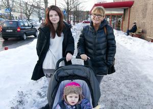 Elvira Sjöström, Kristina Östman och Elieanna Sjöström, 2,5 år, bosatta i Skönsberg. De saknar fortfarande Hemköp i centrum.