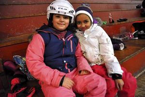 Maria Daje, 3B, och Natascha Köpmans, 3A, är ovana på skridskor, men tycker att det är roligt att åka.