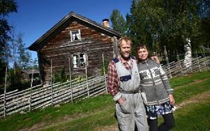 Själva bostadshuset är från 1920-talet, men själva stommen är mycket äldre än så. Min farmor Emma Lind från Kättbo vistades här varje sommar ända fram till 1946, och sedan stod det tomt ända fram 1998 då jag till slut kunde ta över och flytta hit. Vi bor här på Överåsen från första maj till slutet oktober då vi flyttar ner på andra sidan av E 45:an och bor i vår vinterbostad, säger Yvonne Smedberg. Foto: Bons Nisse Andersson