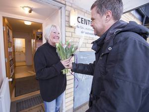 Arbetarbladets reporter Conny Svensson överraskar Barbro Wiklund med tulpanbuketten.